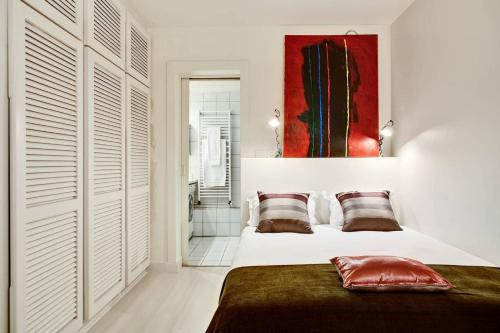 A bed or beds in a room at Glorious Apartment 3 Bedrooms, 4th Arr., Sleeps 8, REFPAR104005