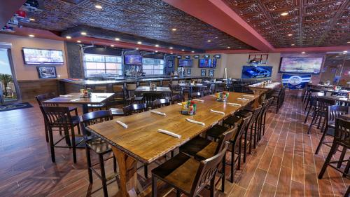 A restaurant or other place to eat at STUNNING CONDO NEAR UNIVERSAL STUDIOS
