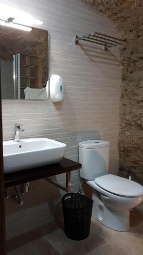 Un baño de Casa Cueva El Arrabal