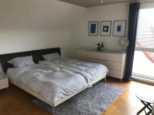 A bed or beds in a room at Schönes Haus mit Garten in bester Lage Böblingens