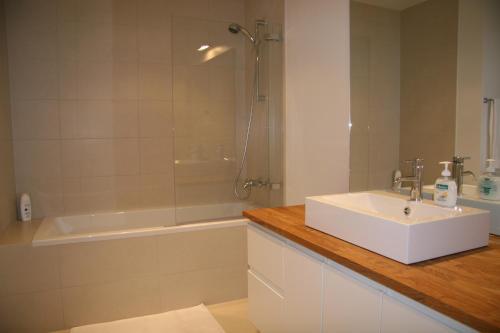 A bathroom at Ódinsvé Hotel Apartments