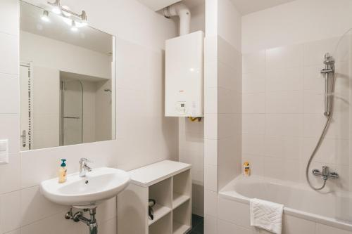 A bathroom at Duschel Apartments Imperial Living