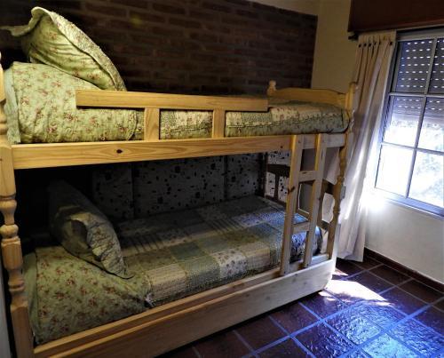 Una cama o camas cuchetas en una habitación  de La Amorosa