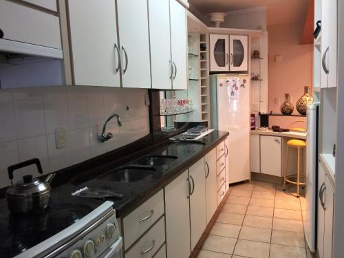 Una cocina o zona de cocina en Apartamento Ponta das Canas Frente do Mar