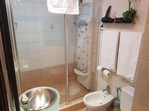 A bathroom at Apartamentos Parot Quality