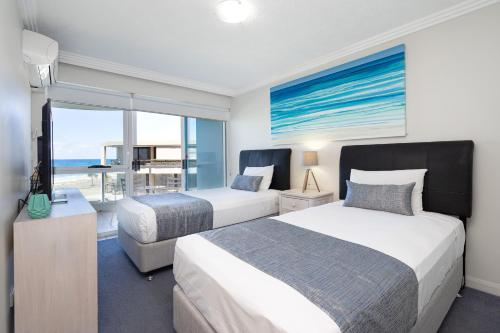 A bed or beds in a room at Regency on the Beach