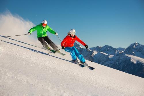 Esquiar en el chalet de montaña o alrededores