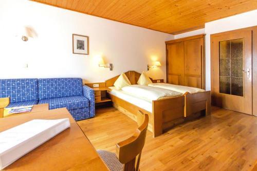 Een bed of bedden in een kamer bij Apartments Bergland Bad Kleinkirchheim - OKT04511-CYB