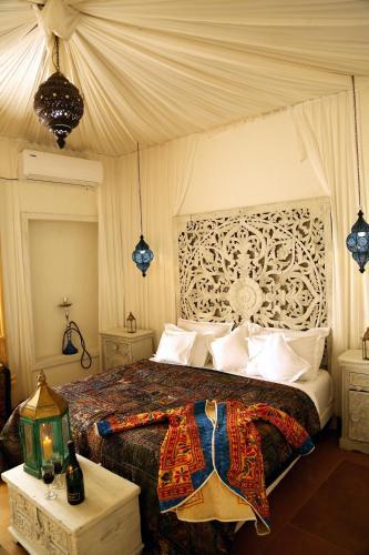 A bed or beds in a room at Casa De Kaku