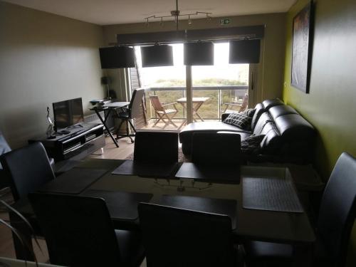 Ein Sitzbereich in der Unterkunft Appartement voor 6 personen in Koksijde met zeezicht