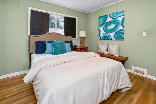 A bed or beds in a room at Buckhead Bungalow