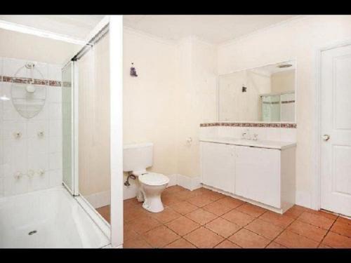 A bathroom at City Garden