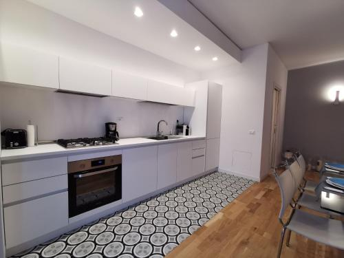 A kitchen or kitchenette at Luxury Dodicigennaio Apartment