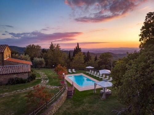 Vista sulla piscina di Villa Le Tornaie o su una piscina nei dintorni