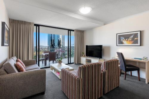 A seating area at iStay River City Brisbane