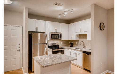A kitchen or kitchenette at Downtown Atlanta Apartments by 1stHomeRent