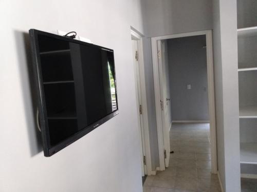 Una televisión o centro de entretenimiento en Cedro Del Pinar