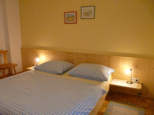 A bed or beds in a room at Ferienwohnung Sima