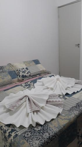 A bed or beds in a room at Apartamento aconchegante