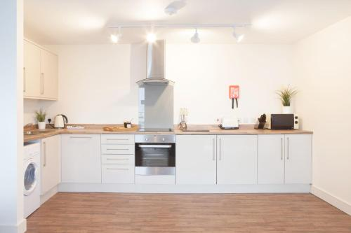 A kitchen or kitchenette at The Coliseum Apartments