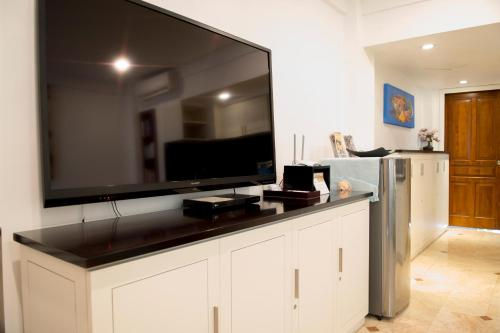 A television and/or entertainment centre at Sofi Apartment at Jayakarta Residence