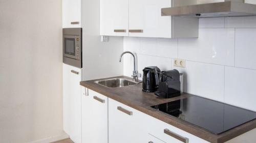 A kitchen or kitchenette at MyCityLofts - Centre Lofts