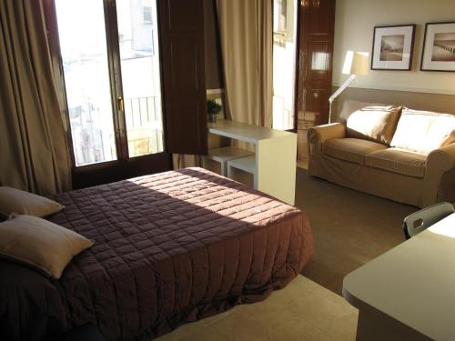 A bed or beds in a room at Apartments HHB