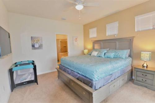 A bed or beds in a room at Simply Comfort - Fantastic 5Bd House,Private Pool,Disney,Orlando