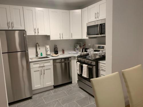 Una cocina o zona de cocina en Upper East Side Apartments 30 Day Rentals