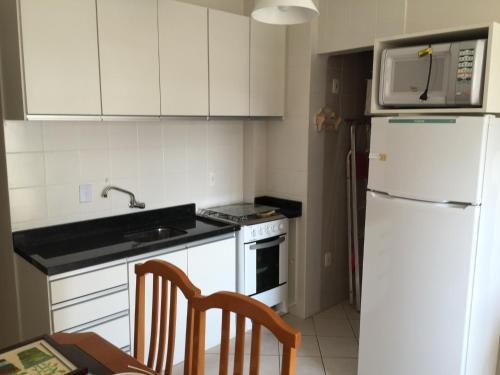 Una cocina o zona de cocina en Apartamento nos Ingleses. Ótima Localização