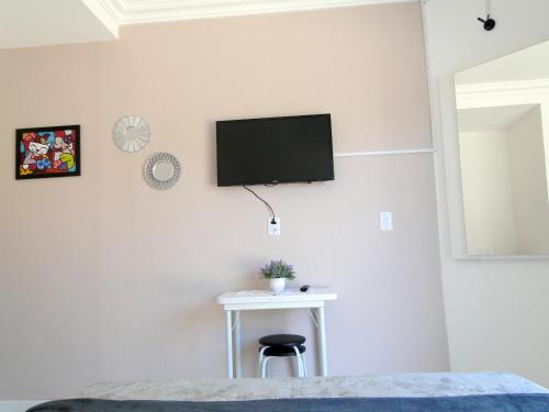 A television and/or entertainment centre at Los Hermanos Residencial
