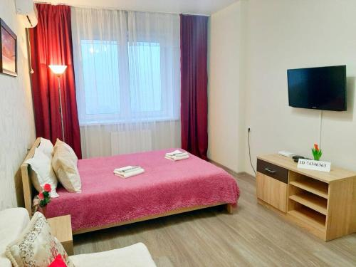 A bed or beds in a room at ЖК ПАНОРАМА Героя Сарабеева 3к1 рядом со Стадионом