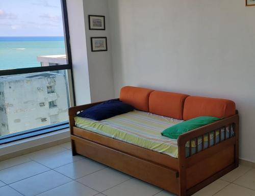 A seating area at Apartamento mobiliado e confortável em candeias