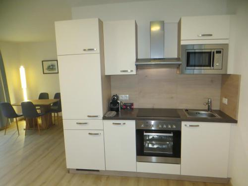 Küche/Küchenzeile in der Unterkunft City Apartment Amadeus