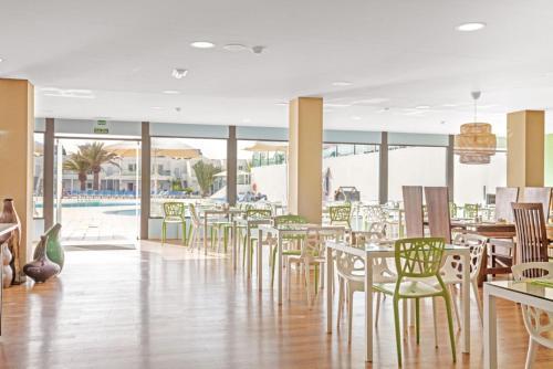 Een restaurant of ander eetgelegenheid bij Blue Sea Lanzarote Palm