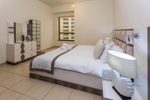 Ein Bett oder Betten in einem Zimmer der Unterkunft Elan Rimal1 Suites