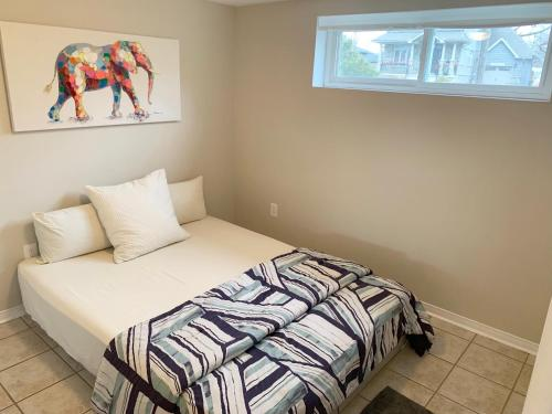 A bed or beds in a room at Cozy two bedroom apartment 8 min from Pearson Air