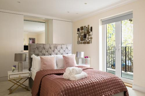A bed or beds in a room at PickThePlace Kensington Gardens Villa