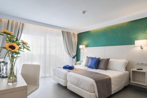 Säng eller sängar i ett rum på Aparthotel Esquinzo Y Monte Del Mar