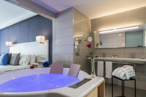 Ett badrum på Aparthotel Esquinzo Y Monte Del Mar