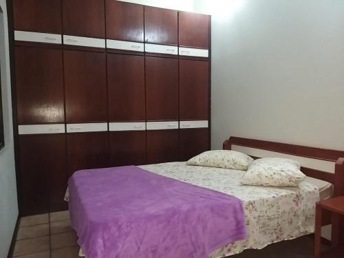 Cama o camas de una habitación en Amplo Sobrado em Ingleses