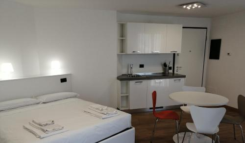 A kitchen or kitchenette at BB Hotels Aparthotel Isola