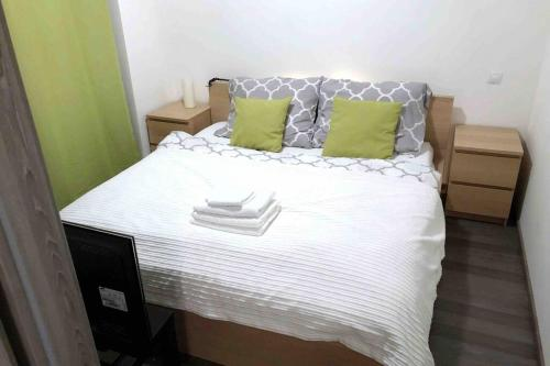 A bed or beds in a room at Comfort Apartment with Balcony