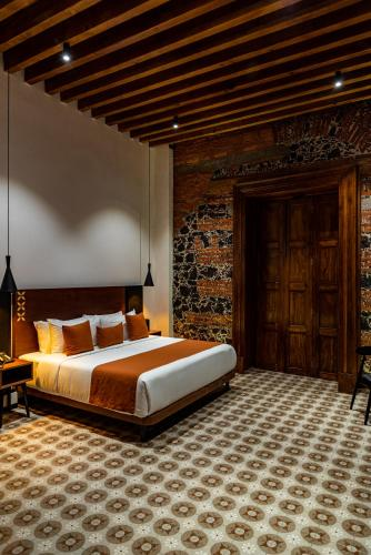 A bed or beds in a room at Casa de la Luz Hotel Boutique