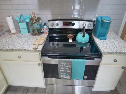 A kitchen or kitchenette at 10 Minutes from Mercedes Benz Stadium