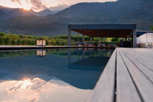Der Swimmingpool an oder in der Nähe von Vivere Suites & Rooms