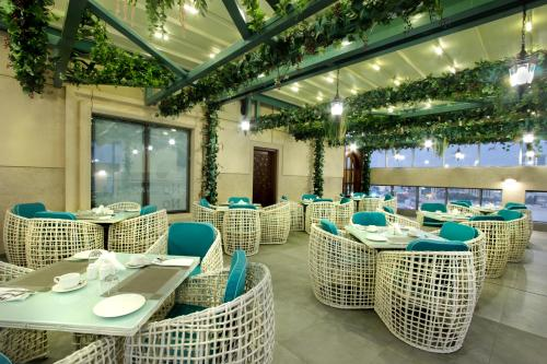 A restaurant or other place to eat at Taj Jeddah Hotel Apartment
