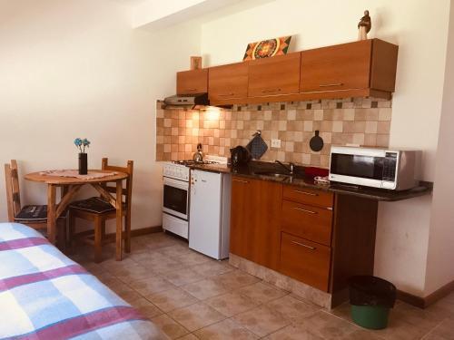 Una cocina o kitchenette en Infinito- Dpto pleno centro, un dormitorio con jardin