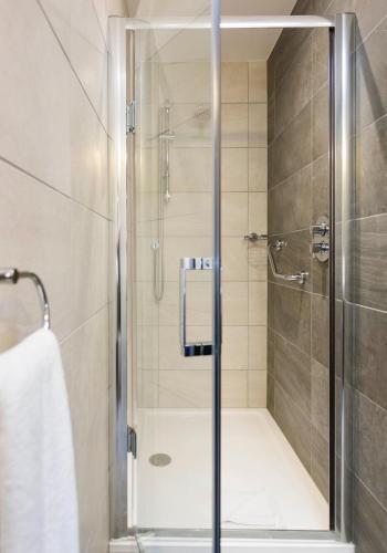 A bathroom at Maldron Hotel Pearse Street