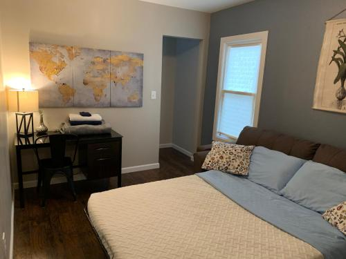 A bed or beds in a room at Blue Door on 74